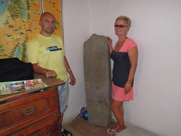Kniha Kamenné kříže Čech a Moravy křížový kámen popisuje jako plochou kamennou desku s odlomenou horní částí