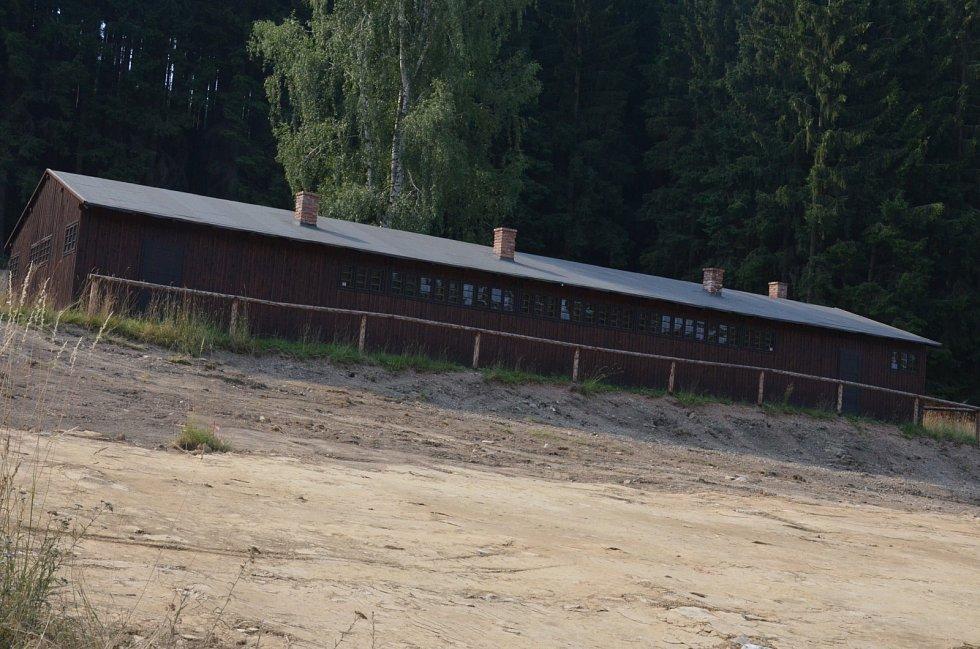 Areál bývalého pracovního a sběrného tábora v Žalově obsadily bagry a dodávky. Základy infocentra, které bude součástí Památníku obětem romského holocautu, se pomalu rýsují.