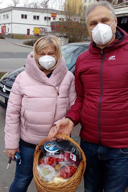 Oproti předchozím dnům se vulicích a také vobchodech spotravinami na Blanensku objevuje stále více lidí sochranou obličeje. Srespirátory na obličeji vyrazili na nákup do supermarketu také manželé Formánkovi ze Senetářova.