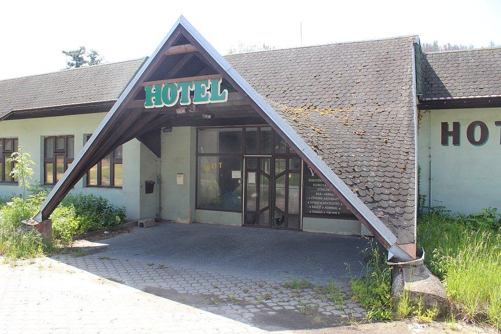 Zchátralý hotel Velen.