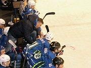 V letošním prvním kole krajské hokejové ligy bylo na pořadu derby Dynamiters Blansko - Sokol Březina. Domácí (modré dresy) zvítězili 4:2.