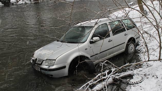 Sedmadvacetiletý muž nezvládl v úterý před polednem jízdu na silnici pokryté rozbředlým sněhem.