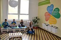 Útulný relaxační koutek z odpadových materiálů vznikl přes prázdniny na chodbě základní školy ve Sloupě.