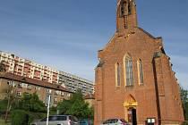 Dělníci a těžká technika se zanedlouho pustí do úpravy okolí kostela svaté Barbory v Adamově. Novinkou bude parkování vedle kostela.