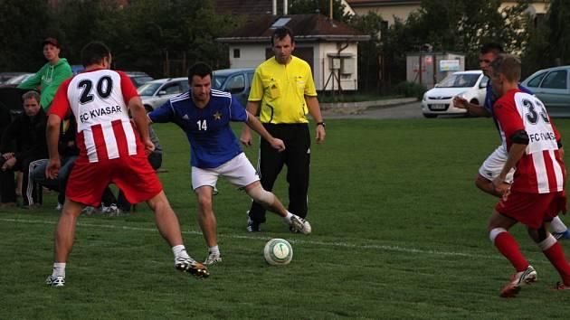 Lukáš Martínek (s číslem 14) v zápase Sadrosu Boskovice s Kvasarem Černá Hora, který vyhrál Kvasar a vykročil tím k zisku titulu v 1. Italcars lize v malé kopané.
