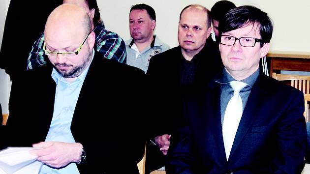 Odsouzený úředník Filip Kincl (vlevo) a právník Čestmír Sekanina na Okresním soudu v Blansku.
