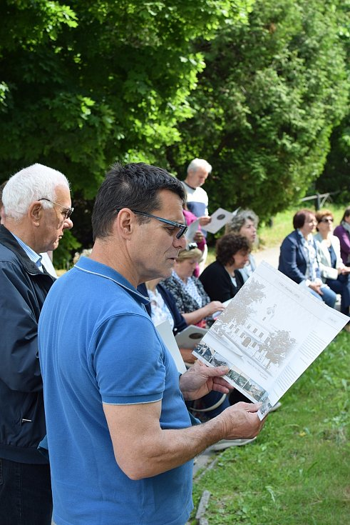 Na Blanensko zavítali potomci italských vysídlenců z první světové války. Při pietní akci u sochy Válečnictví vedle ředitelství ČKD Blansko Holding v pátek zavzpomínali na své předky. Během pobytu navštívili i hrob šestileté Arnoldinky Toss v Sulíkově.