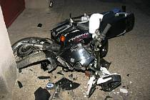 Motorkář, který řídil bez řidičského oprávnění, naboural do domu.