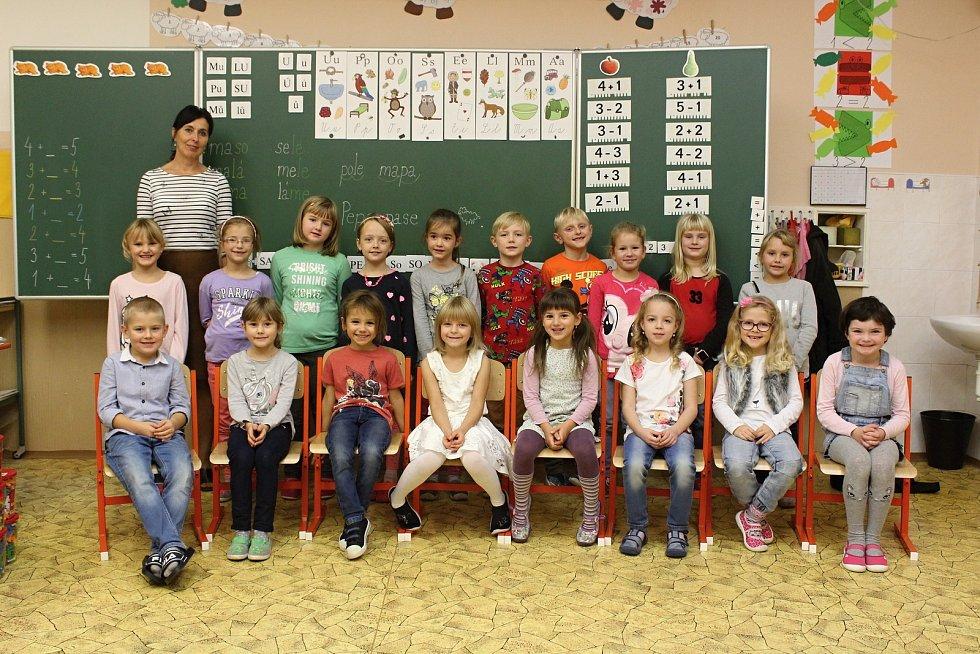 Žáci první třídy Základní školy v Knínicích s paní učitelkou Jitkou Havířovou.