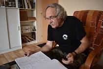 Arnošt Bechr z Ráječka je autor kreslených vtipů. Na kontě jich má zhruba pět a půl tisíce. Nadto je celoživotní tramp, milovník historie, hledač pokladů, sběratel minerálů, brouků a motýlů. Maluje také obrazy a skládá básně.