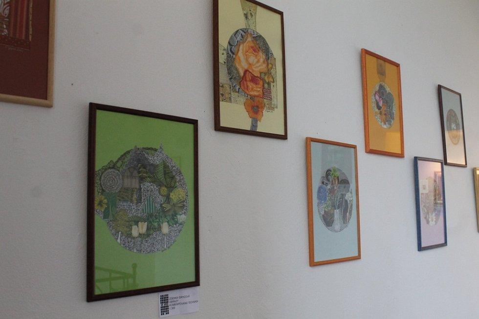 Kdo si zatím nestihl v blanenské Galerii Ve věži prohlédnout výstavu kreseb a koláží s názvem Doteky, nemusí zoufat.