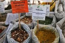 Farmářské trhy se na blanenském náměstí Republiky zabydlely. Letos už fungují čtvrtou sezonu. Konají se jednou za čtrnáct dní ve čtvrtek. Na stejné místo se po několika letech přesouvají také pravidelné páteční trhy.