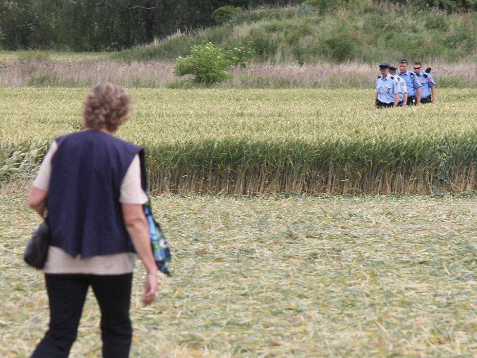 Tajemný obrazec, který vznikl v poli obilí u Boskovic, láká davy lidí. Ze země i ze vzduchu. Policie prověřuje kamerové záznamy z okolí.