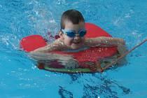 Blanenský bazén ovládl v sobotu závod vodních záchranářů Blanenská dvěstěpadesátka. Plavali s cihlami, barelem nebo lovili puk ze dna.