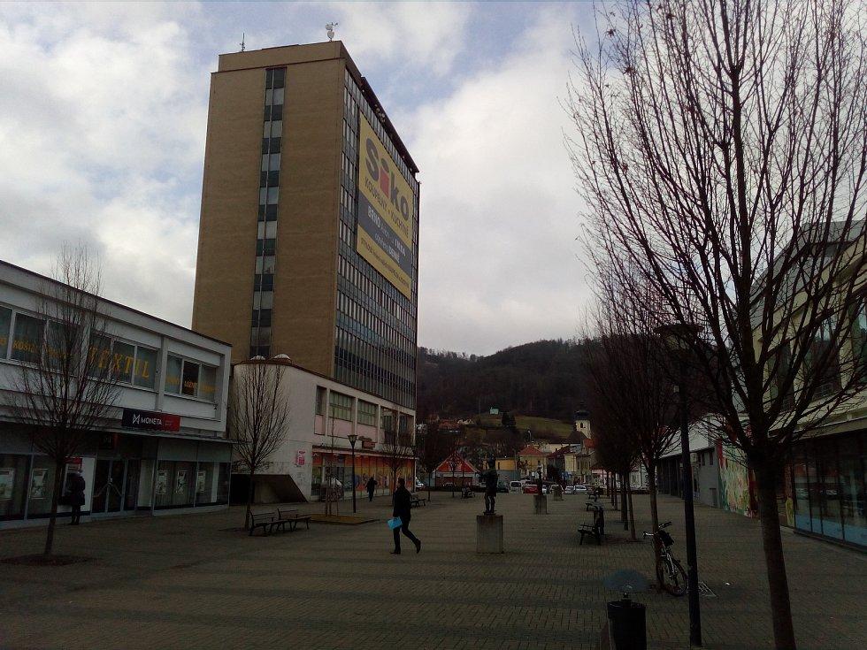 Bezmála sedmdesát bytů a zázemí pro čtyři obchodní jednotky. Plus parkovací plocha pro zhruba sto padesát aut včetně parkovacího domu. To vše chce společnost LL Holding postavit ve výškové budově ze sedmdesátých let v centru Blanska.