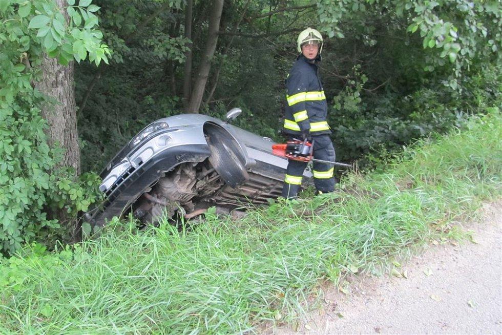 Řidička sjela ze silnice do potoku v obci Chrudichromy na Blanensku.