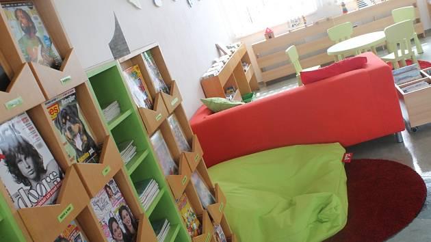 Reproduktory, projektor a další audiovizuální technika. Nové podlahy, nábytek a mobilní zástěny. Městská knihovna Blansko má lepší zázemí pro pořádání přednášek, promítání, představení pro děti a dalších kulturních akcí.