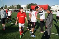Fotbalista Ondřej Paděra (v červeném), který patří v malém fotbale k nejlepším střelcům, po utkání s tuniskou reprezentací.