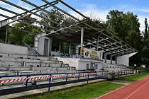 Blanenští se pustili do oprav stadionu na Sportovním ostrově Ludvíka Daňka. Dělníci opraví tribunu a udělají nové oplocení. Finišuje také rekonstrukce tamní ubytovny. V ní budou po přestavbě klubovny a kanceláře.