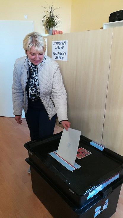 Boskovická starostaka Hana Nedomová hlasuje v komunálních volbách.