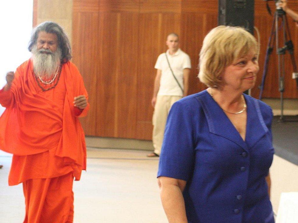 Paramhans svámí Mahéšvaránanda promlouval k návštěvníkům v Blansku.