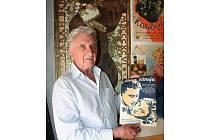 Sběratel plakátů z Letovic Karel Hoder na archivním snímku.
