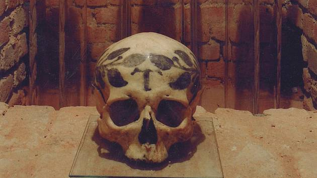 Tajemné ornamenty na křtinských lebkách údajně blednou. Farnost osloví odborníky. Na snímku kostnice v roce 2006.