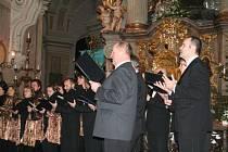 Nejen koledami zpěváci ze sboru Kantila potěšili návštěvníky křtinského chrámu.