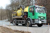 Zábrany v Josefovském údolí v Moravském krasu mají nasměrovat žáby mimo silnici. Jinak končí pod koly aut.