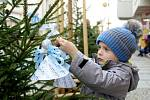 Děti ze znojemských mateřských škol se svými učitelkami zdobily tradičně vánoční stromky v Obrokové ulici v centru Znojma.