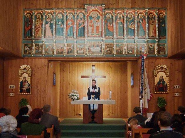 Nový interiér dřevěného kostelíka v Blansku.