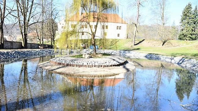 V blanenském zámeckém parku napouští obnovený rybníček.