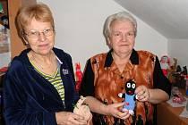 Pět babiček z Boskovic pomáhají dětem a nemocným lidem. Pletou jim hračky či obvazy.