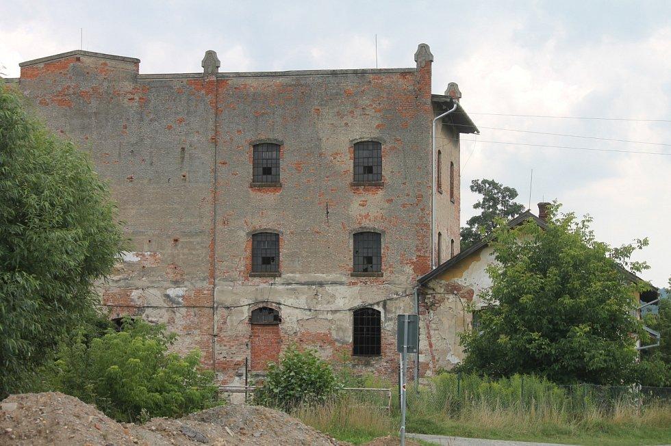 SALMŮV MLÝN, BLANSKO. Historie mlýna sahá do středověku. Od roku 1776 byl v majetku rodu Salmů až do roku 1945. Zchátralá budova patří městu, které do něj však neinvestuje. Před lety se snažilo mlýn opravit sdružení Stará fronta.