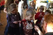 Sál kulturního domu na Těchově se proměnil vrejdiště strašidel všeho druhu. Účastníci soutěžili o nejstrašidelnější smích.