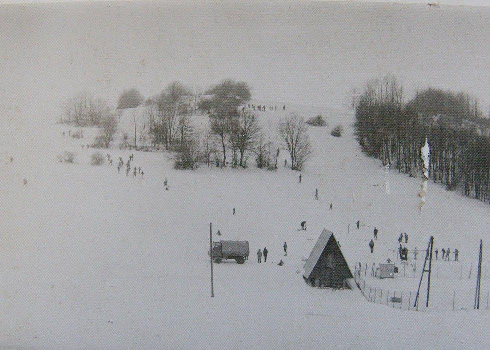 Celkový pohled na kdysi běžný zimní den na lyžařském vleku.
