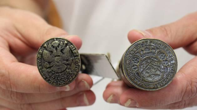 Na výstavě v blanenském archivu jsou k vidění historická razítka a pečetě.