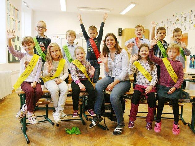 Žáci ze ZŠ Olomučany spaní učitelkou Barborou Divišovou.