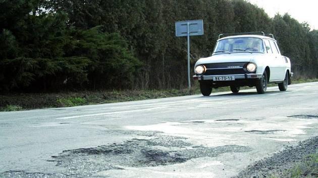 Záběr ze silnice druhé třídy mezi Doubravicí nad Svitavou a Lhotou Rapotinou není ze sedmdesátých let, ale z ledna roku 2008.