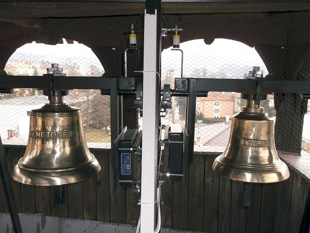 Nové zvony v dřevěném kostele v Blansku.