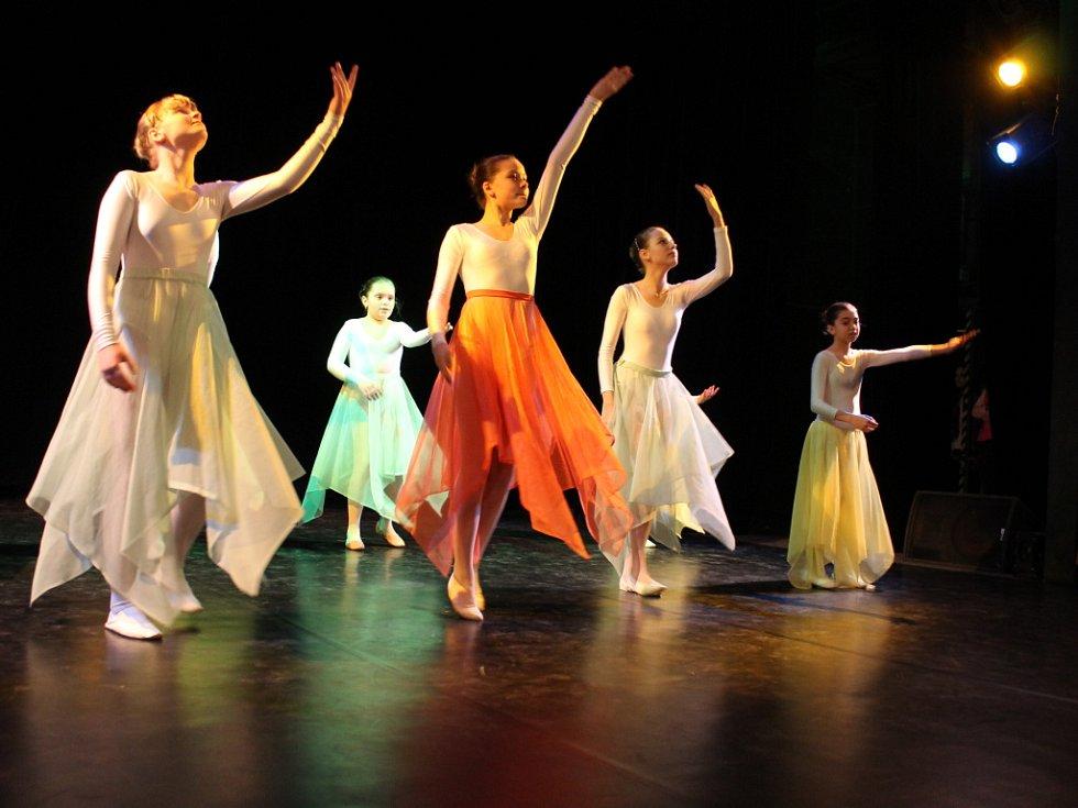 Před zaplněným sálem Dělnického domu v Blansku se představili žáci tanečních oborů základních uměleckých škol z Blanenska. V šesti soutěžních kategoriích okresního kola taneční soutěže předvedli klasické, lidové i současné tance.