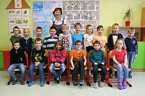 Prvňáčci ze Základní školy Žďárná s paní učitelkou Vlastou Kovaříkovou.