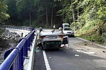 Čtyři lidé se v sobotu zranili při havárii osobního auta u Boskovic na Blanensku. Jednadvacetiletá řidička utrpěla poranění mozku a vrtulník ji přepravil do nemocnice.