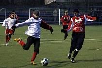 Fotbalisté FK Blansko B (v červeném) remizovali v přípravném utkání s Želetavou 3:3.