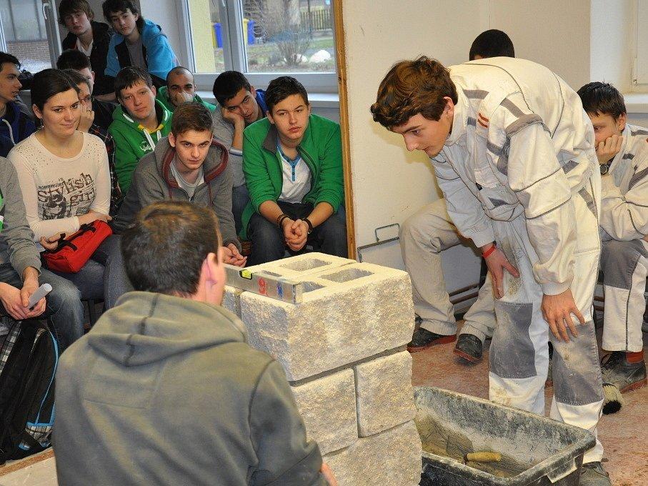 Na Týdnu stavebnictví a bydlení se studenti učili například pracovat s různými stavebními materiály.