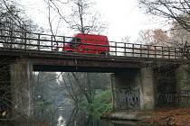 Silnice z Adamova do Bílovic nad Svitavou je podle řidičů nebezpečná. Silničáři zbourají starý most a postaví nový.