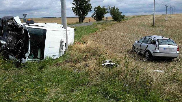 ULipovce bourala dvě auta. Pro zraněnou spolujezdkyni přiletěl vrtulník.
