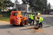 V ulicích Blanska začaly opravy výtluků po zimě.