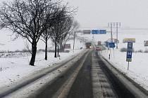 Sníh na silnici z Brna do Svitav.
