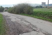 Povrch cesty, po které musí jezdit hlavně obyvatelé ulice 28. října v Doubravici nad Svitavou, připomíná tankodrom. Po práci firmy najaté na její rekonstrukci totiž prozatím zůstal pouze rozbitý povrch a hluboké výmoly.